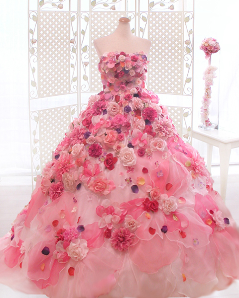 結婚が決まり、書店でウエディングドレスの関連雑誌を手にとりました。