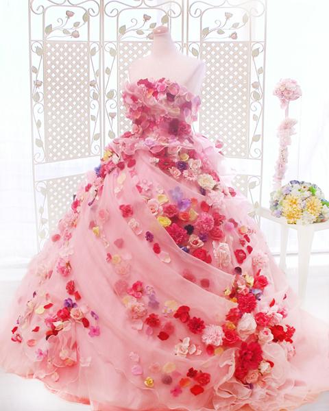 ネットでドレスの画像を見つけてた時の衝撃は今も忘れません。