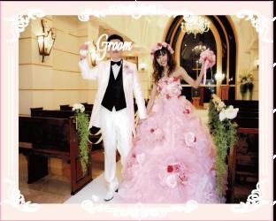 お花が映えるピンクのプリンセスラインドレス